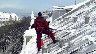 Sniega tīrīšana no jumtiem